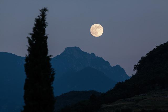 moon-182145_640